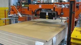Упаковка плиты MDF на вертикальной обвязочной машине OMS RG08 с подкладкой уголка