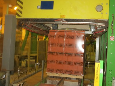Процесс упаковки кирпича на термоусадочной машине